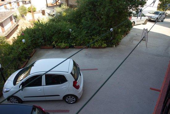 """Vasilis Hotel: der furchtererregende Parkplatz"""", Blick vom Balkon nach unten"""