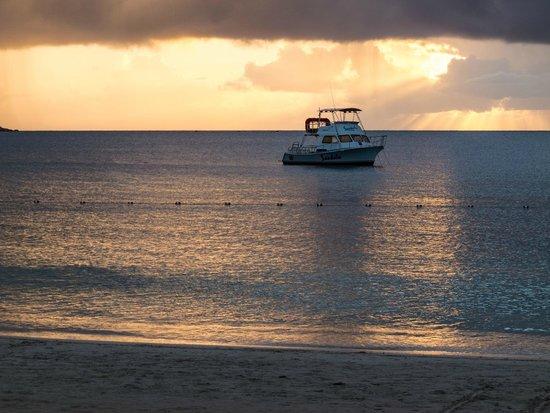 Sandals Grande Antigua Resort & Spa : Sunset on the beach