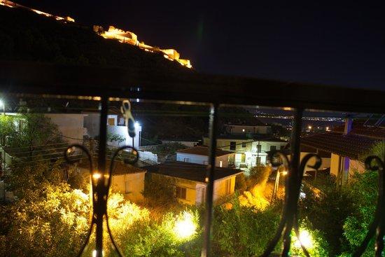 Vasilis Hotel: der Blick vom Balkon nachts; oben ist liniks die Venezianische Festung