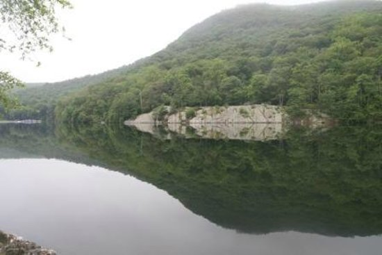 Bear Mountain Inn's Overlook Lodge: Hessian Lake
