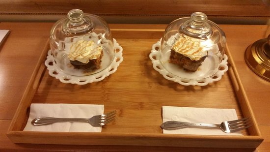 Sweetberries Bed and Breakfast: Dessert in your room