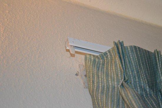 Allegro Cozumel: Broken curtain rail
