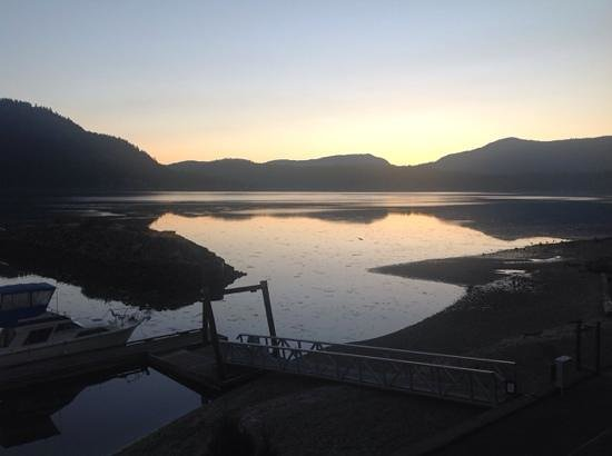 Oceanfront Suites at Cowichan Bay: sunrise, low tide