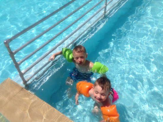 Paleos Apartments: Kids in the pool