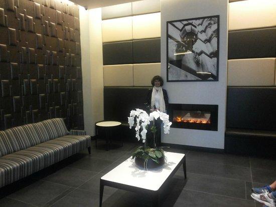 La Quinta Inn & Suites Manhattan: Loby, comodo y acogedor