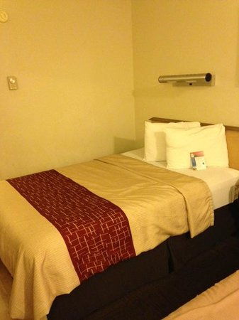 Red Roof Inn Utica: One of the double beds.