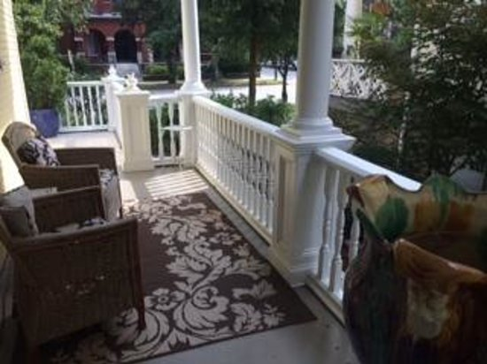 Azalea Inn & Villas: front porch