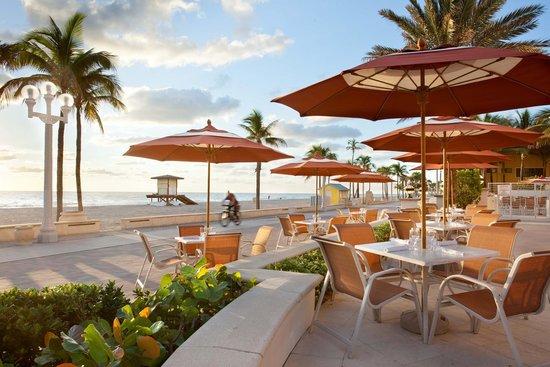 Hollywood Beach Marriott: Outdoor Restaurant and Bar