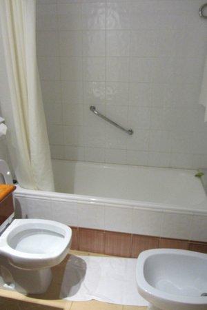 Hotel Intur Orange: Bañera de habitación