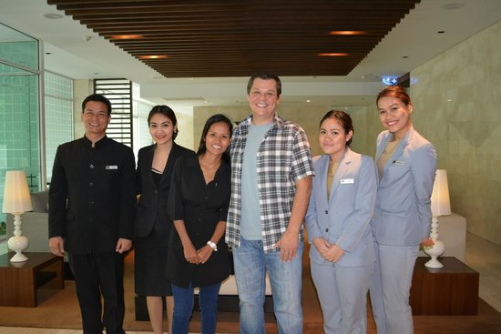 Shama Sukhumvit Bangkok: picture with the friendly staff