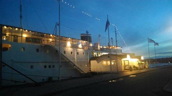 Malardrottningen Yacht Hotel and Restaurant : Die Mälardrottningen bei Nacht