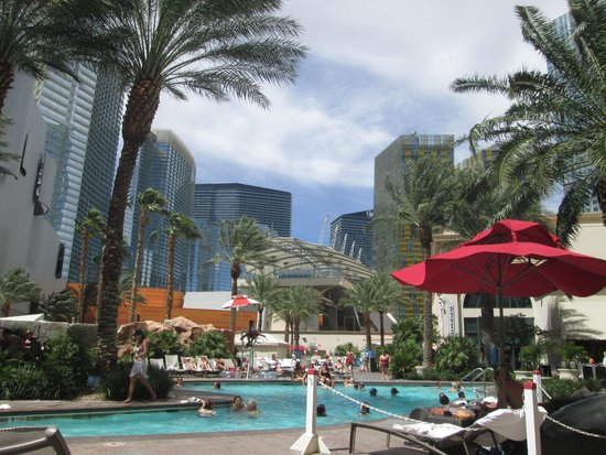 Monte Carlo Resort & Casino : The poolarea