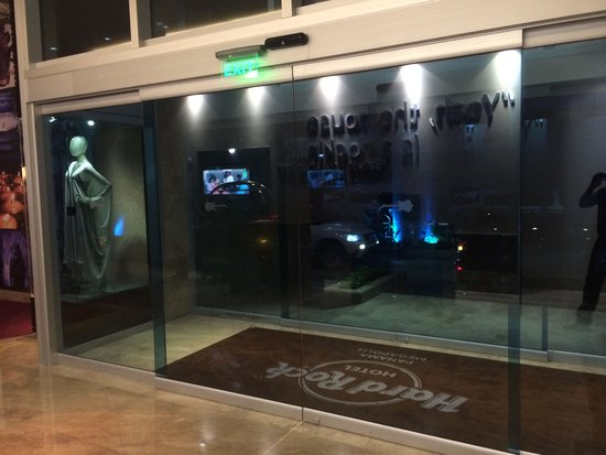 Hard Rock Hotel Panama Megapolis: Closed glass doors with no indication