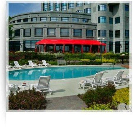 Brookstreet Hotel : Poolside