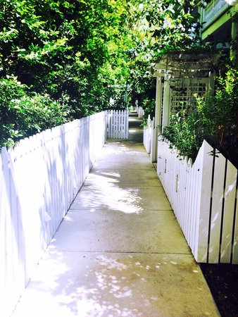 Parrot Key Hotel and Resort: Beautiful Garden Walkway to our room