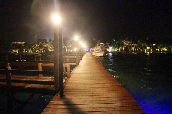 Pineapple Restaurant: A romantic evening walk down the pier.