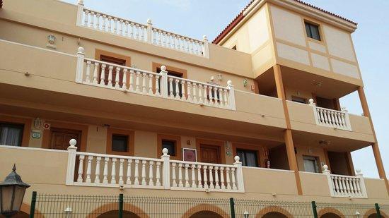 Elba Lucia Sport & Suite Hotel: Vista parcial del edificio donde estuvimos alojados.-