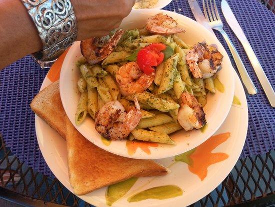 Las Vistas Cafe at Siete Mares Bay Inn: pasta & shrimp