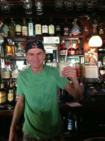Quiet Mon Pub : Kenny serving me the best Painkiller of the islands!