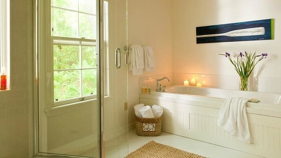 Inn at Sunrise Point: Luxury Bathrooms