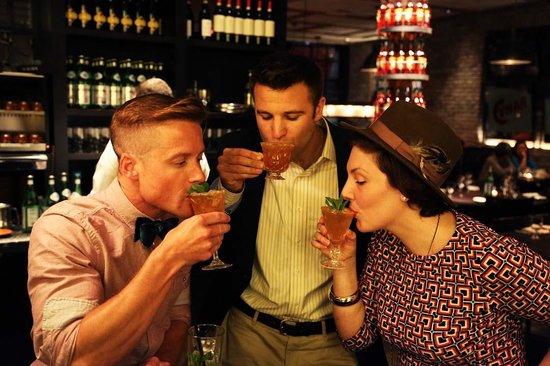 Cinquecento: friends at the bar