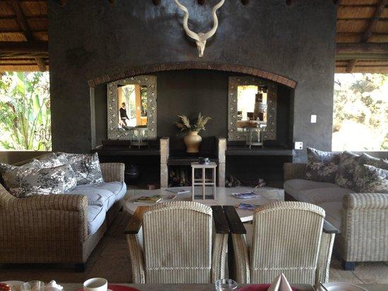 Khaya Ndlovu Manor House : Outdoor lounge