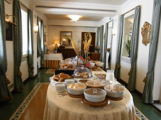 Mecenate Palace: Breakfast buffet