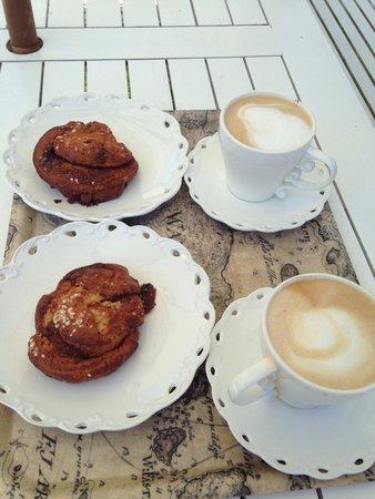Vaxholms Hembygdsgårds Café: Kanelbullar und Cappuccino