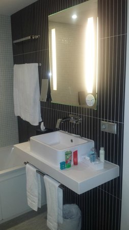 Novotel Suites Malaga Centro: Sink,mirror, tower rail