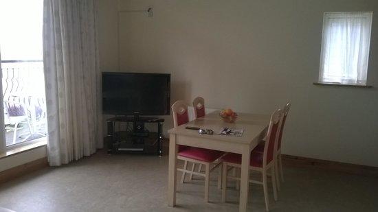 Bella Vista Hotel & Self Catering Suites: TV & Dining Table