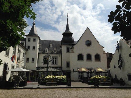 Hampshire Hotel - Kasteel Doenrade: Beautiful exterior and patio area