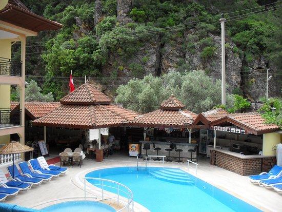 Mola Apartments: the bar poolside