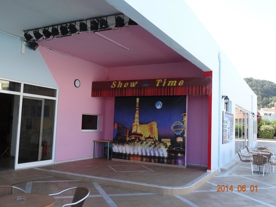 Avra Beach Resort Hotel - Bungalows : Evening entertainment place