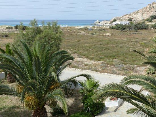 Coralli Beach Apartments: Vue sur la plage et le rocher