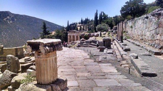 Ruines de Delphes : Tesouro de Delfos ao fundo