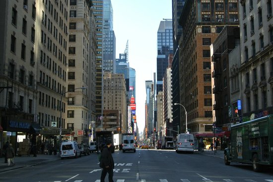 Wellington Hotel: Vista a Times Square desde la esquina del hotel.