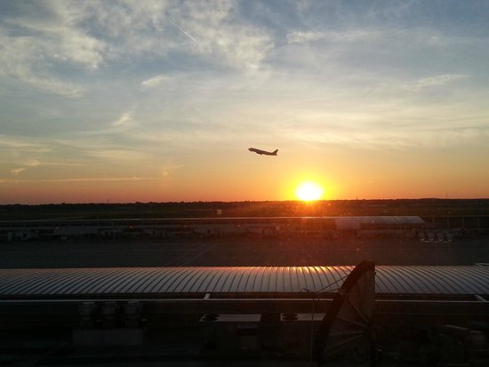 The Westin Detroit Metropolitan Airport: Nice sunset looking out over the tarmac