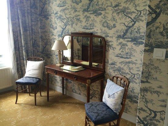 Hotel Le Manoir les Minimes : Coiffeuse Chambre de la Suite