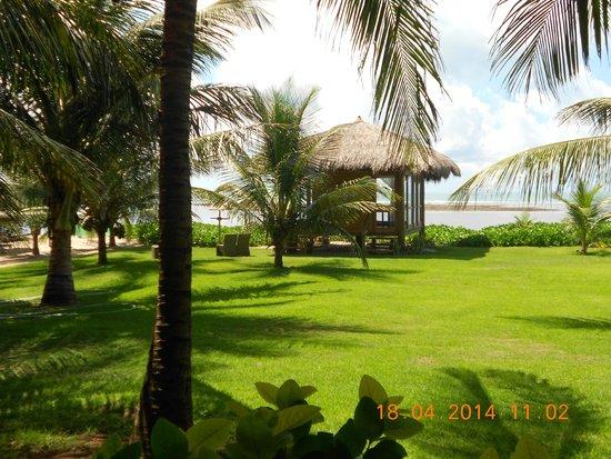 Serrambi Resort : Jardim e gramado na área de recreação