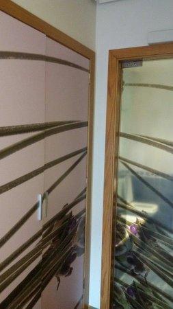 Hotel Lino: Armario y baño