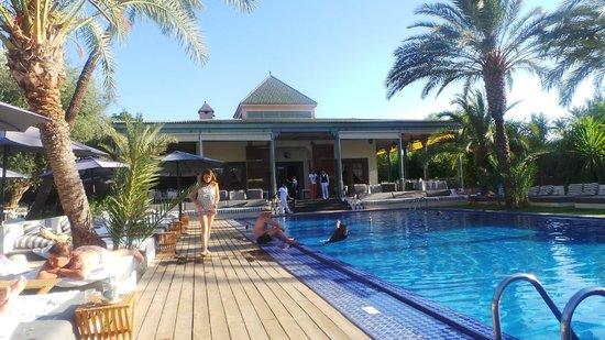 Jardin d'Inès : Restaurant vue de la piscine