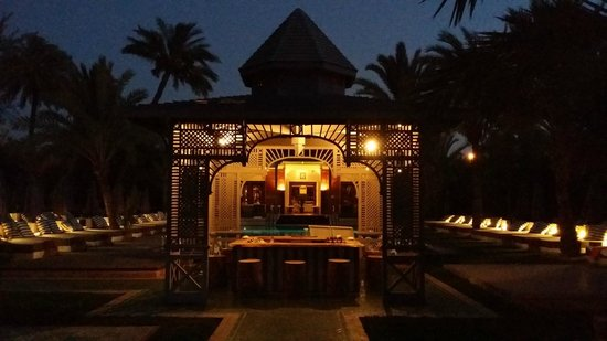 Jardin d'Inès : Bar vue de l'allée principale de nuit