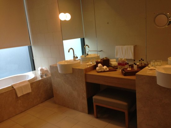 Crowne Plaza Changi Airport: spacious bathroom