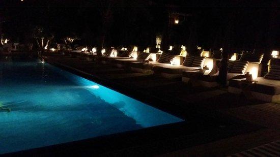 Jardin d'Inès : Piscine avec transat vue du restaurant de nuit