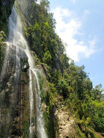 Las Cascadas Lodge: The waterfall in Pico Benito