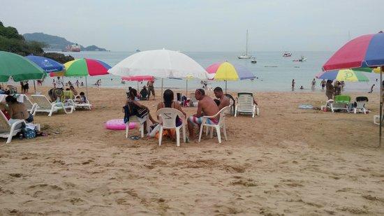 Taboga Island Beaches : Turistas disfrutando a orilla del mar.