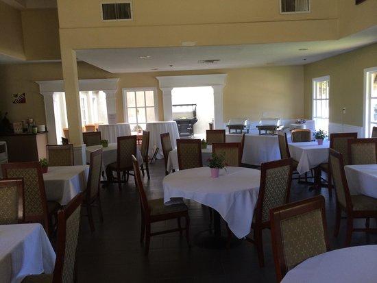 Best Western Plus Newport Mesa Inn : Beautiful Breakfast Room