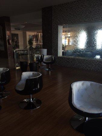 Sirenis Hotel Goleta & Spa: Foyer / main bar (cool seats)