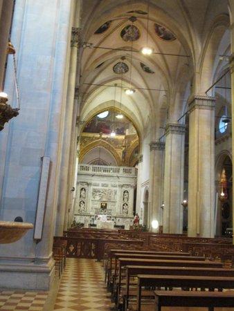 Interno della basilica picture of santuario della santa for Interno della casa