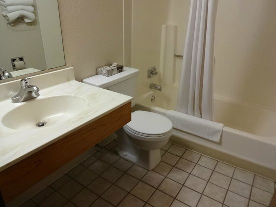 Super 8 Grand Rapids: Bathroom